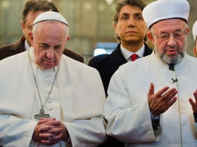 pope prays in mosque
